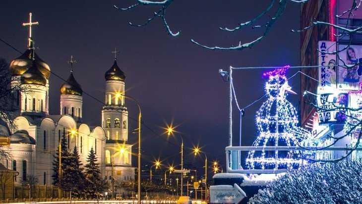 В Брянске возле Дома быта поселились музыкальные светящиеся снеговики