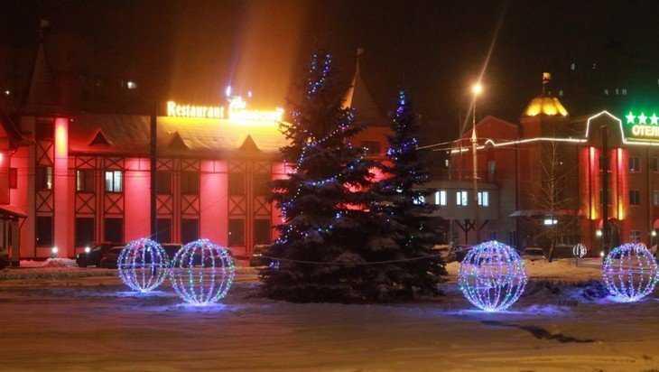Брянск украсили новогодние огни и олени с каретой