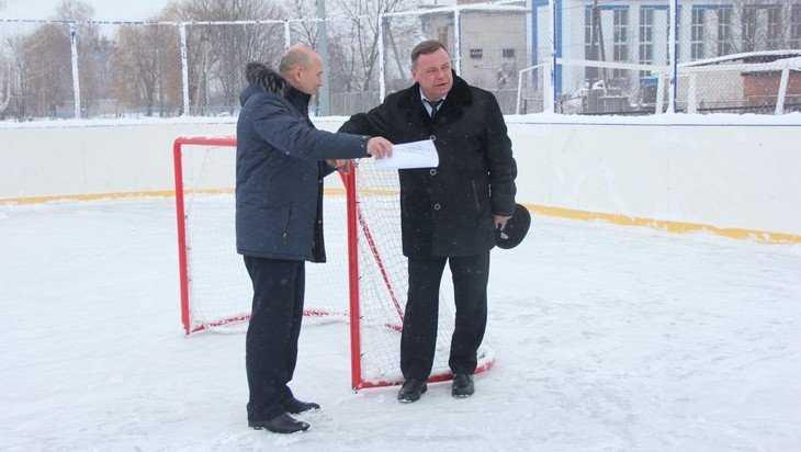 Заместитель губернатора проверил готовность катков и ледовых кортов