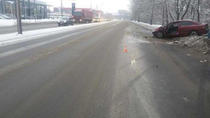 В Брянске автомобилистка врезалась в столб на Московском проспекте