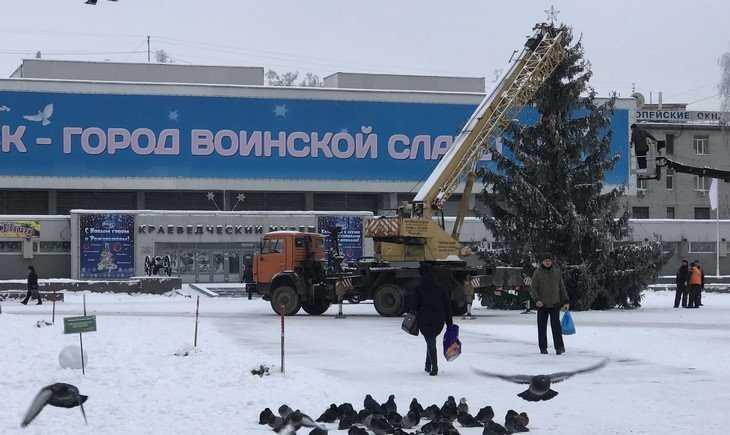 В Брянске начали украшать новогоднюю елку на площади Партизан