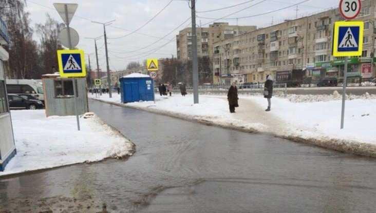В Брянске из-за прорыва канализации утонул проспект Московский