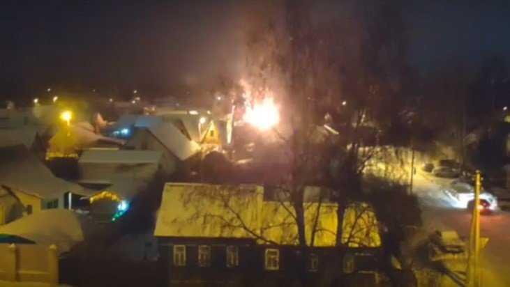 В Брянске ночной пожар уничтожил сарай с животными