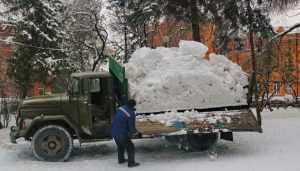 В Круглом сквере Брянска начали делать снежную горку для детей