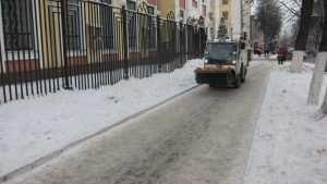 В Брянске улицы посыпали песком с реагентом