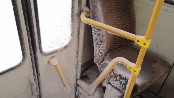 В Брянской области сфотографировали обледенелый автобус