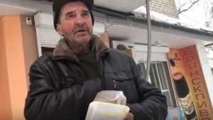 В Брянске загадочный творец добра накормил бездомного бродягу