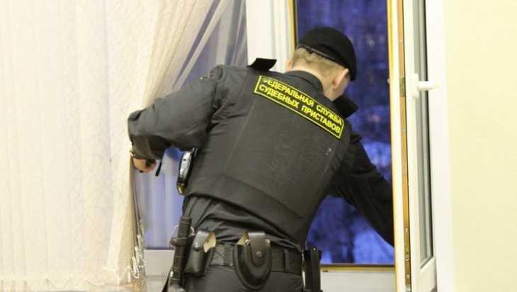 Жительницу Брянска вынудили погасить 60000 рублей долга за квартиру
