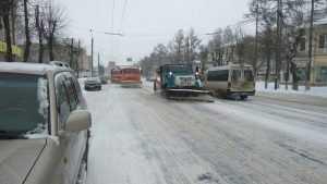 В Брянске на борьбу со снегом вышли больше 30 единиц техники