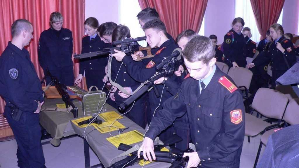 Брянские росгвардейцы провели урок памяти для кадет