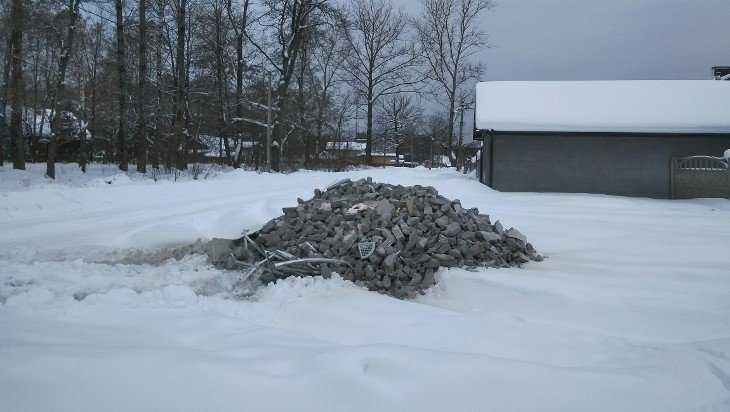 В Белых Берегах стали искать неряху, засыпавшего улицу машиной мусора