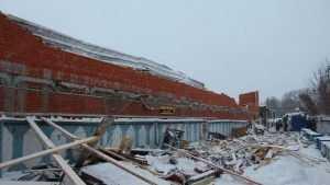 В Брянске обрушились крыша и стена здания  возле Центрального рынка
