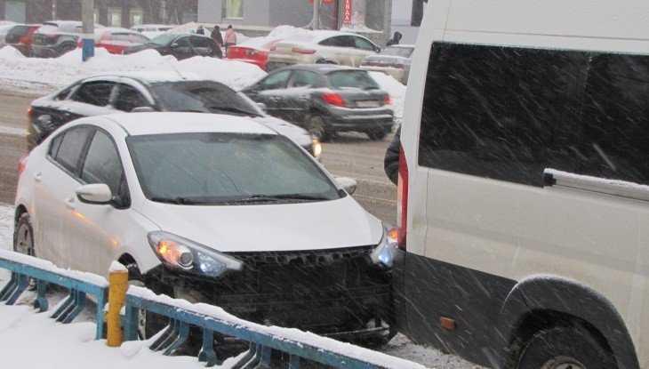В центре Брянска легковушка врезалась в микроавтобус