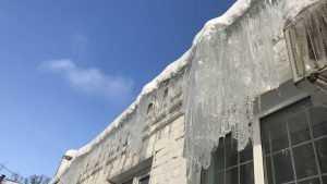 Брянский губернатор потребовал очистить крыши от сосулек