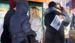 В Новозыбкове студентки кинулись обниматься с незнакомыми прохожими