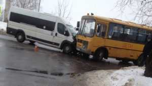 Под Брянском столкнулись школьный автобус и маршрутка