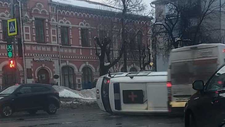 В Брянске сняли видео драки на месте ДТП с перевернувшейся скорой