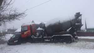 В Большом Полпине грузовик протаранил Hyundai и ранил водителя