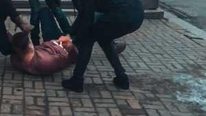 В Брянске подростки на тротуаре учинили драку «за честь матери»