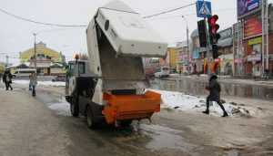 В Брянске на борьбу со льдом и сосульками вышли дорожники и альпинисты