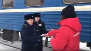В Брянске активисты поздравили работников вокзала Брянск-I