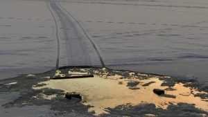 В Брянске на Десне возле нефтебазы провалился под лед снегоход