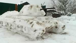 Житель Жирятинского района сделал из снега танк Т-34