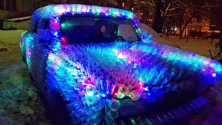 Житель Брянска стаканчиками превратил свою машину в «северное сияние»