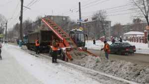 На борьбу со снегом в Брянске вывели 200 человек и 75 единиц техники