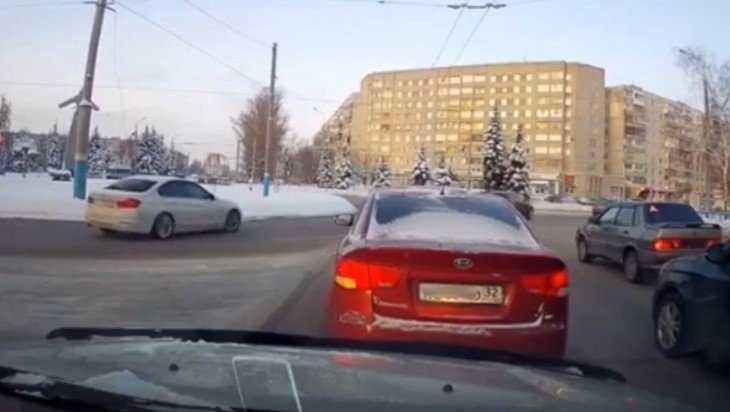 Брянский лихач на BMW заложил вираж возле памятника Летчикам