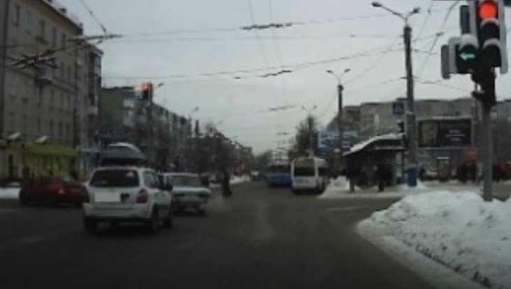 В Брянске водителя легковушки наказали по видео за проезд на «красный»