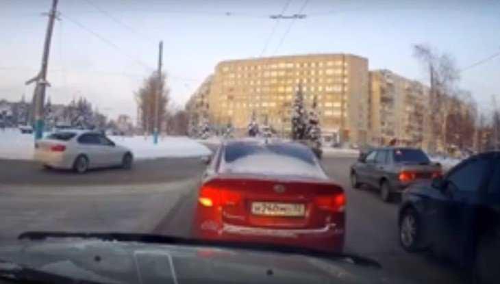 В Брянске водитель BMW устроил опасные гонки возле «Самолёта»