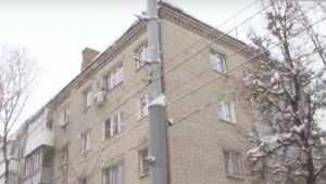 В Брянске рухнувшая с крыши глыба льда покалечила женщину