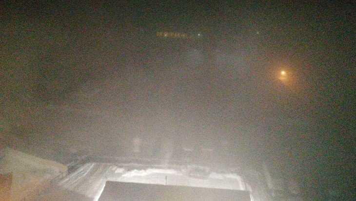 Брянск накрыло зимним туманом и древесным дымом