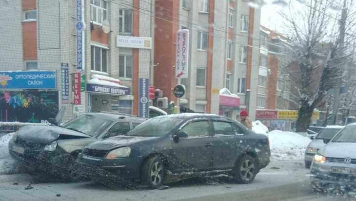 В Брянске возле автовокзала столкнулись два автомобиля