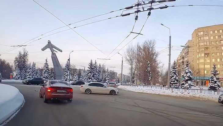В Брянске водителя BMW оштрафовали за выкрутасы у памятника Летчикам