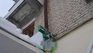 Борцы с сосульками лишили телевидения жильцов брянской многоэтажки