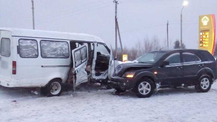 В Суземке маршрутка врезалась в KIA – пострадала пассажирка «ГАЗели»