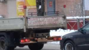 В Брянске тоскливыми плакатами выразили думы о пенсионной реформе