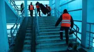 На скользкие ступени моста станции Брянск-II положили настил