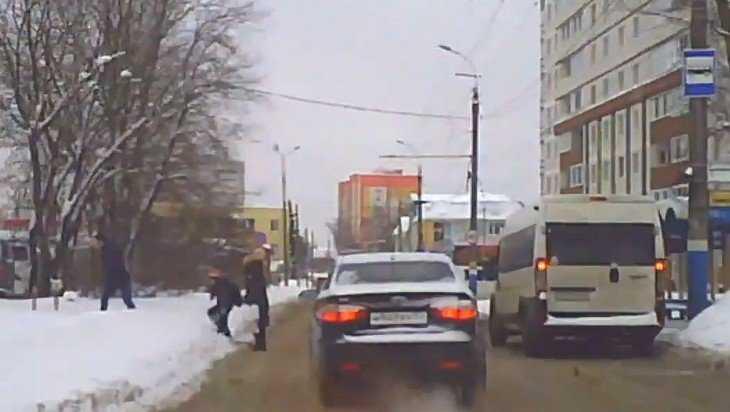 В Брянске мать с сыном безрассудно кинулась под колеса машины