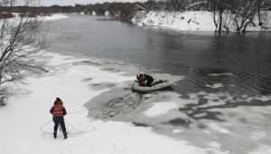 Под Брянском сотрудники МЧС спасли примёрзшую ко льду собаку