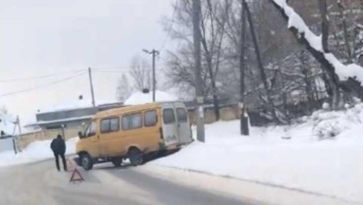В Брянске на улице Почтовой столкнулись маршрутка и легковушка