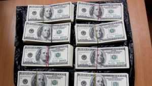 В Брянске таможенники нашли у пассажира поезда 13000 долларов