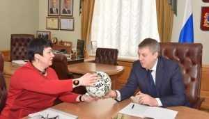 Губернатору руководитель Выгоничского района подарила особенный мяч
