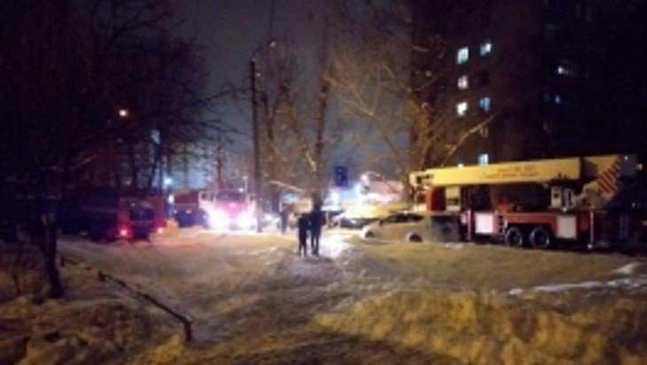 Брянские пожарные спасли двоих человек в горевшей квартире