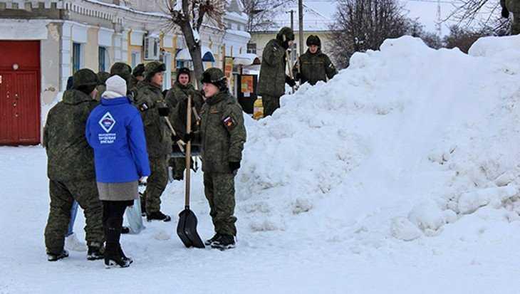 Молодогвардейцы вместе с солдатами построят в Почепе снежную горку