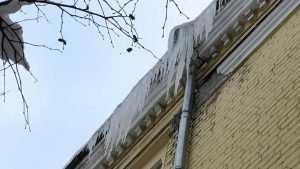 Жителям Брянска стали угрожать огромные сосульки на крышах домов