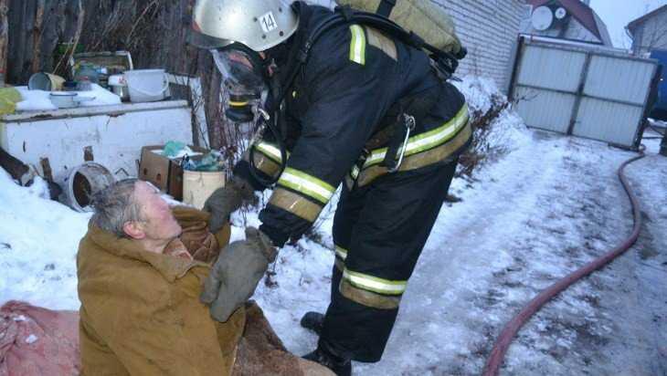В брянском поселке Локоть пожарные спасли человека в горевшем доме