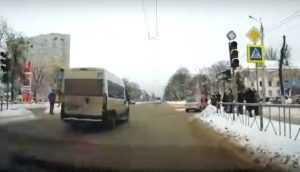 В Брянске сняли видео проезда маршрутки на «красный свет»